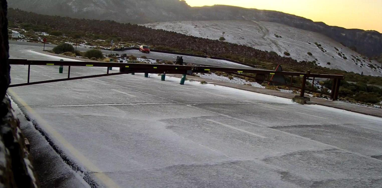 Cierran las carreteras de acceso al Teide por la presencia de placas de hielo