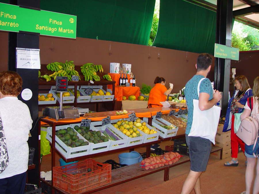 Santiago Martín garantiza plátanos maduros durante todo el año en el Mercadillo Valle de La Orotava