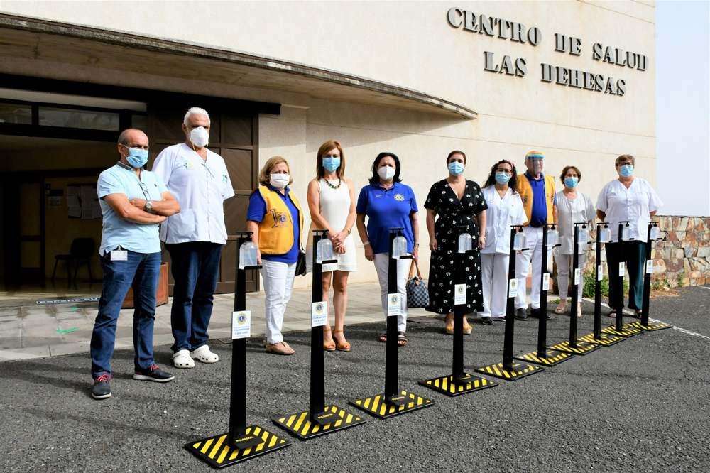 El Club de Leones dona aparatos dispensadores de gel hidroalcohólico a los Centros de Salud