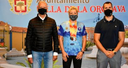 El alcalde de La Orotava, Francisco Linares, y el concejal de Deportes, Antonio Lima, recibieron a Elena Saavedra Kemppi, subcampeona de España Master F40 de disco, peso y martillo.