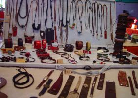 El Mercadillo Valle de La Orotava cuenta con una artesana del cuero desde 2010