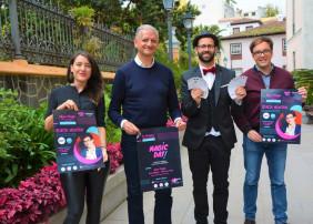 Alcalde y concejal con cartel del MagicDay