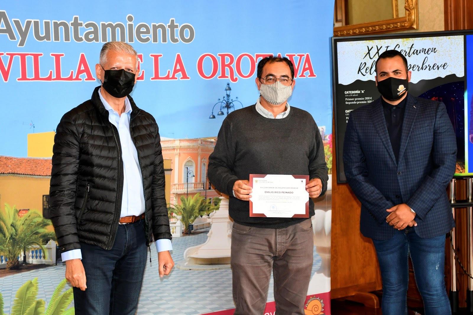 El alcalde de La Orotava, Francisco Linares, y el concejal de Juventud del consistorio villero, Darío Afonso, fueron los encargados de entregar los galardones