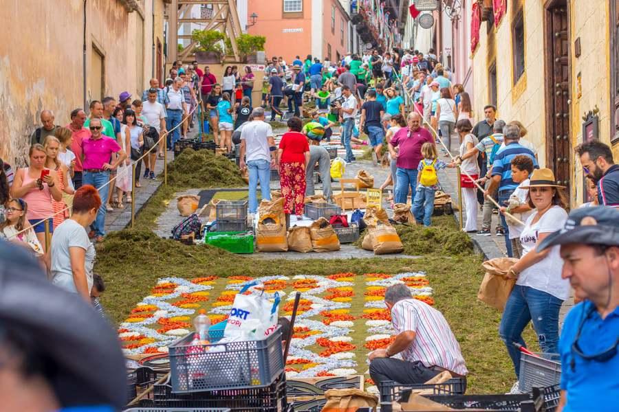 La Orotava celebra su día grande con la Infraoctava del Corpus Christi y la confección de auténticas obras del arte efímero en sus calles del casco