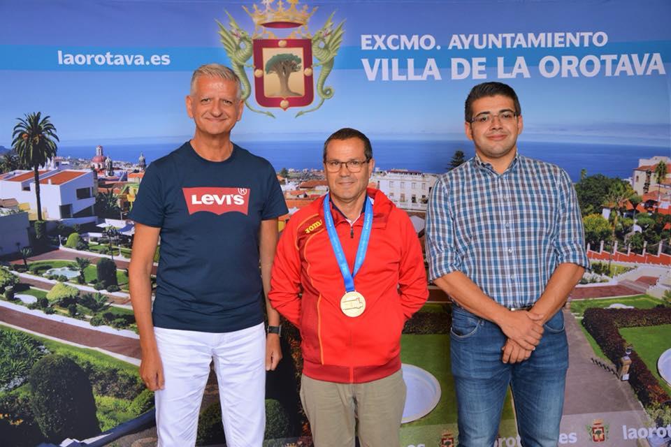 El alcalde de La Orotava, Francisco Linares recibe al campeón del mundo Pedro Afonso Yumar