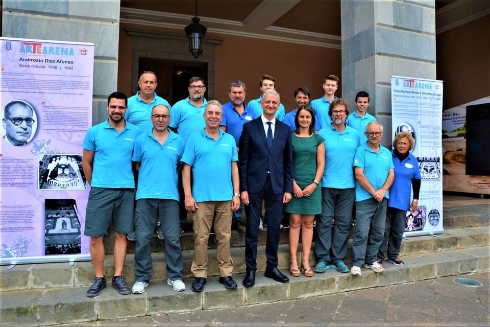 La Orotava homenajea a los 12 directores de la gran alfombra de la plaza del Ayuntamiento