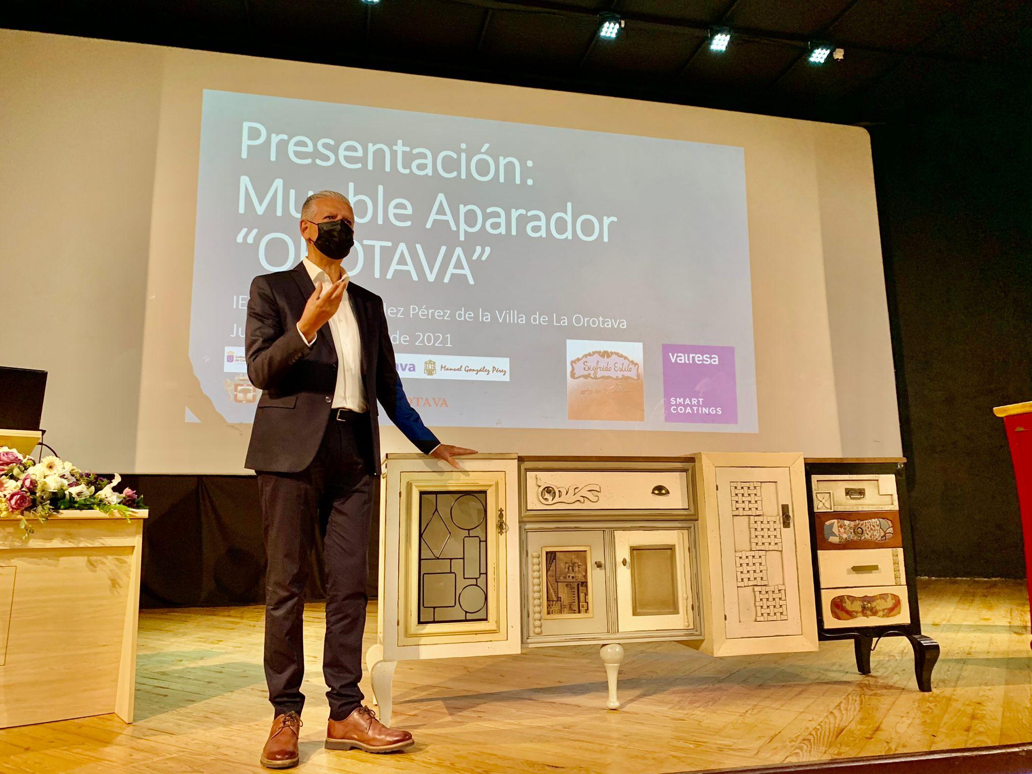 El alcalde de la Villa, Francisco Linares, estuvo presente en el acto de presentación, acompañado por la concejala de Formación, Empleo, Parques y Jardines, Deisy Ramos
