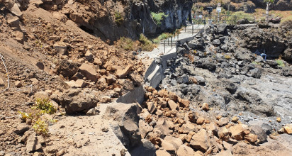El alcalde de La Orotava, Francisco Linares, informa de que los trabajos en la Ladera de la Playa del Bollullo continuarán durante dos semanas más para adecuar la zona y garantizar la seguridad
