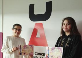 """Lucía Moreiras (izquierda), presidenta del jurado del II Certamen Literario """"Os Fillos Da Terra"""" haciendo  entrega del diploma y del premio a Adriana Rodríguez"""