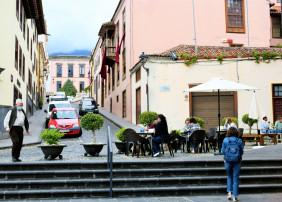 Se permitirá la ocupación de la vía pública en los casos en que sea posible, y se pueda anular aparcamientos frente al negocio