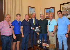 El alcalde de La Orotava, Francisco Linares, recibe a los alfombristas de Elche de La Sierra